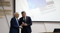 ministru-obrazovaniya-tatarstana-vruchili-jelektronnyi-profsoyuznyi-bilet